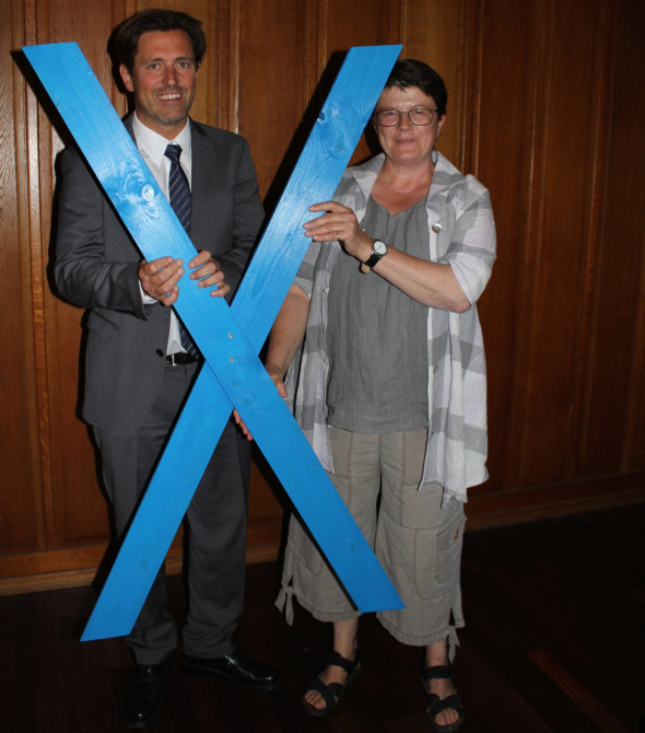 Kerstin Fischer hatte Ratekaus Bürgermeister Thomas Keller bereits im Juni ein blaues BELTRETTER-Kreuz übergeben. Quelle: Christina Düvell-Veen/LN