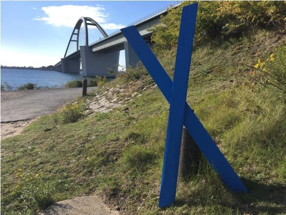 In Gärten, an Straßen, auf Feldern stehen bereits bis zu 10.000 blaue Holzkreuze als Zeichen des Protests.